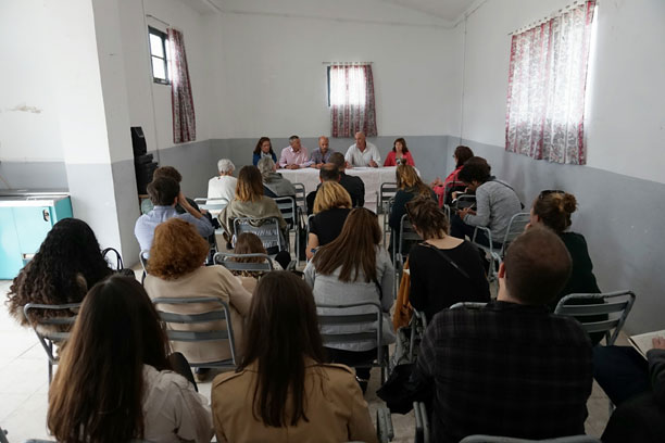 REUNIÓN DE LOS PARTICIPANTES EN EL CONCURSO CON LOS VECINOS DE LA BAZANA