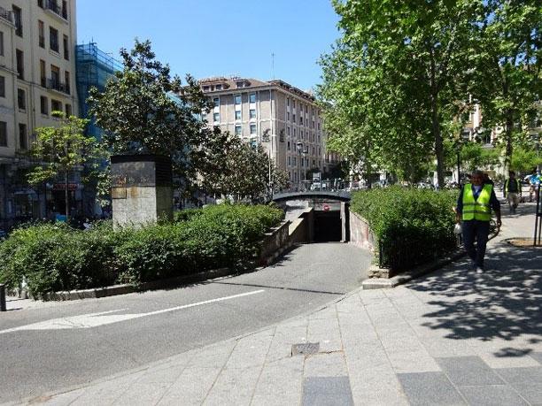 Puente sobre la rampa de acceso al aparcamiento y salida hacia la calle de la Montera