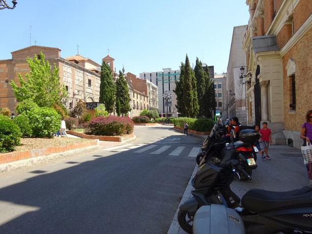 Entrada a la Plaza de San Martín desde la calle Flora. Al fondo, el Corte Inglés. A ambos lados, el Convento de las Descalzas y la Casa de las alhajas