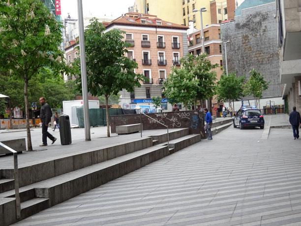 Barreras arquitectónicas, diseño de baja calidad. Al fondo, jardín vertical de baja calidad